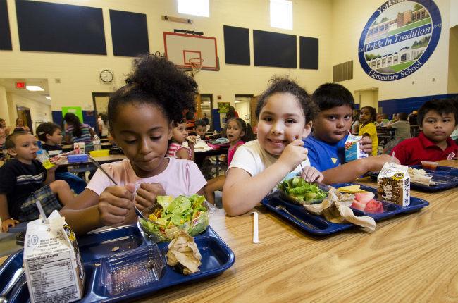 Niños comiendo de todo