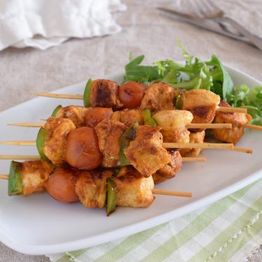 Brochetas de pollo al pimentón con verduras: receta saludable