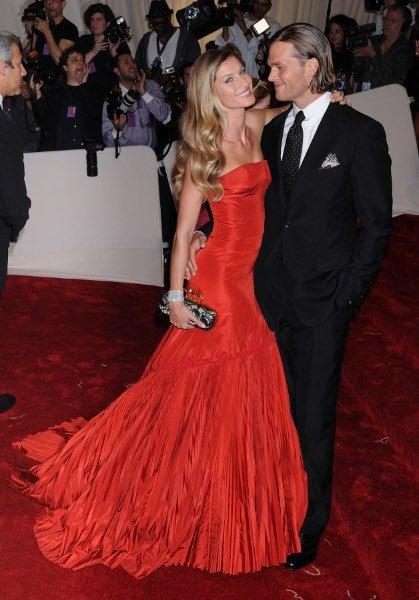 Tom Brady, bien vestido y mejor acompañado en la gala MET 2011