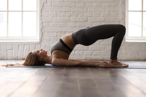 Entrenamiento especial para glúteos en casa: ejercicios solo con tu peso corporal y gomas elásticas