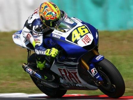 Valentino Rossi sigue al frente en Sepang