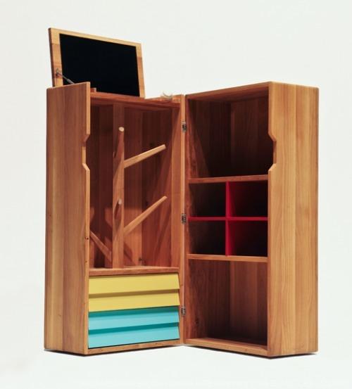 Foto de Muebles de madera con detalles de color (1/5)