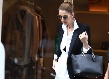 Del total pink al estilo masculino: Céline Dion triunfa con un look boyfriend por las rues de París