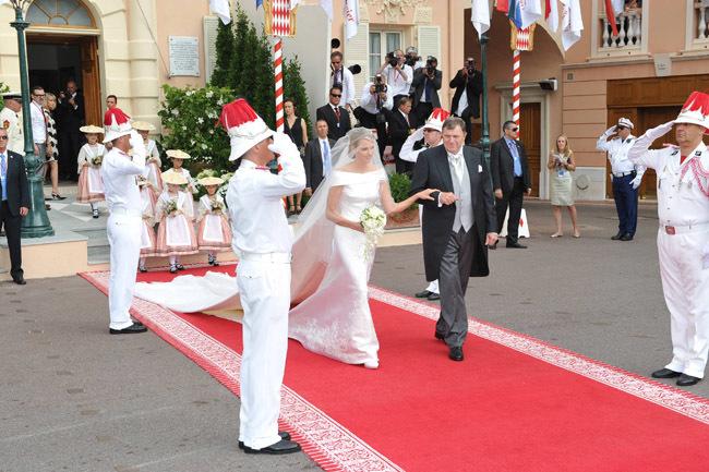 Foto de Todas las imágenes del vestido de novia de Charlene Wittstock en su boda con Alberto de Mónaco (18/19)