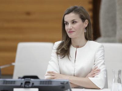 Doña Letizia apuesta por un 'total look' blanco repetido y estrena zapatos