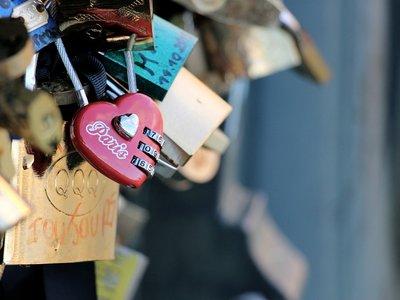 El amor más solidario: París subastará los candados de sus puentes para ayudar a los refugiados