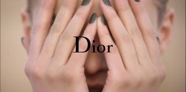 Dior sigue naufragando en vídeo, a lo lejos, el lujo