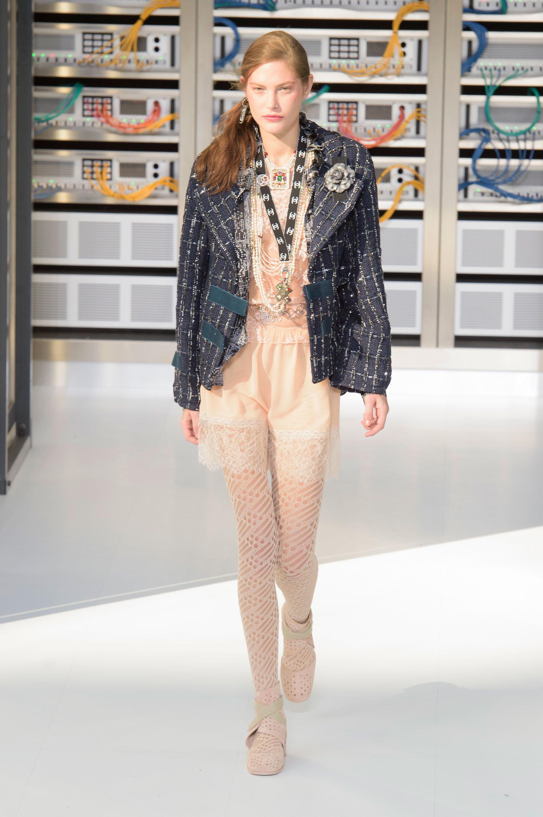 Foto de El regreso al futuro de Chanel en su colección Primavera-Verano 2017 (61/96)