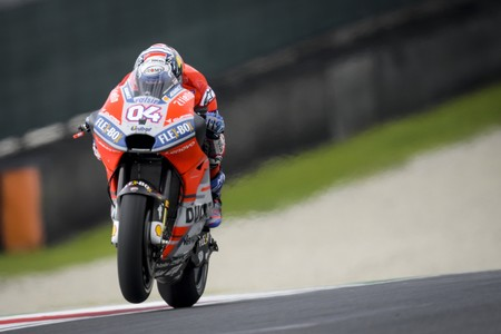 Ducati empieza mal en Italia: Dovizioso rompe el motor y Pirro sufre una terrible caída a final de recta