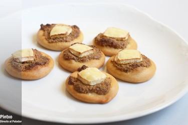 Receta de mini pizzas de pistachos y queso brie