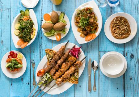 Un Menu Clasico De Oriente Medio Con Bulgur Falafel Y Shish Kebab