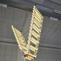 ¿Qué hacer con la vieja escalera del desván? Una lámpara estupenda