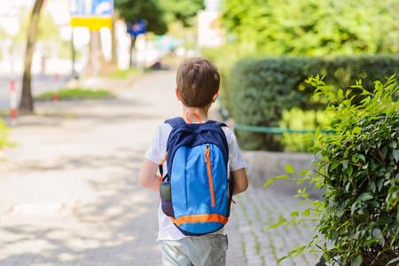 niño-solo-caminando-al-colegio