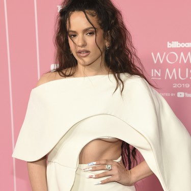Rosalía, con capa blanca y escote underboob, un look espectacular en los Billboard Women in Music