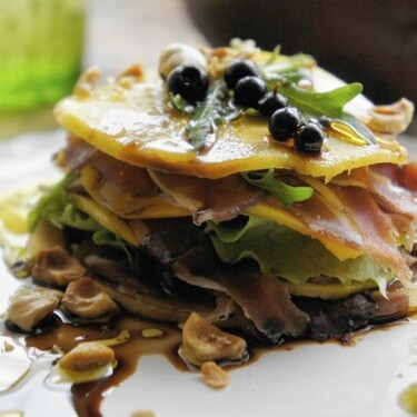 Milhojas de mango con jamón de pato: receta de contrastes para sorprender