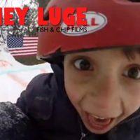 Campeón invernal al padre del año: construye una pista de deslizamiento sobre nieve en el jardín de su casa