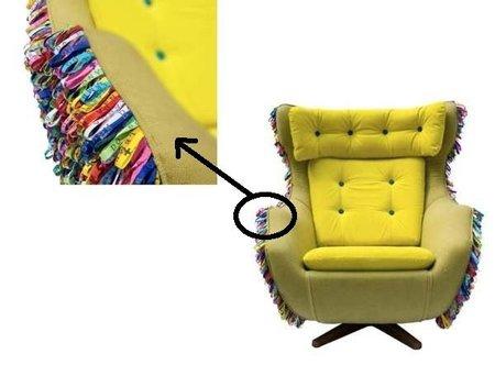 Un sillón lleno de cintas de la suerte