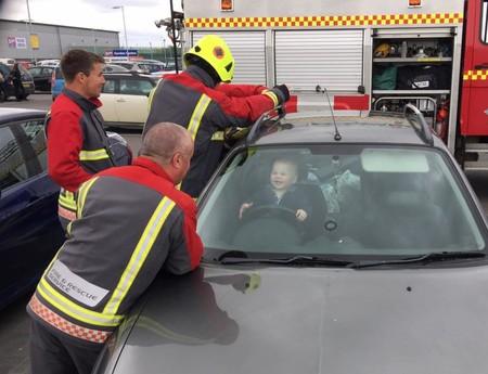 Un niño de catorce meses se queda encerrado en el coche (pero en lugar de llorar, se ríe ante el peligro)