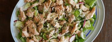 Ensalada fresca de salmón con aliño de inspiración tailandesa: receta fácil, saludable y muy pintona