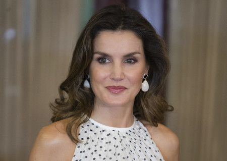 Doña Letizia luce un look sobresaliente con este vestido de lunares así de ideal