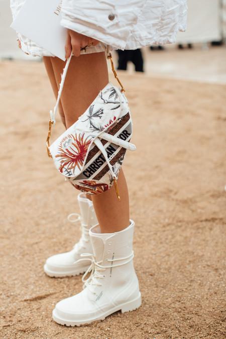 Esta primavera las botas militares se tiñen de color blanco, y estos modelos low-cost podrían conquistar tu armario