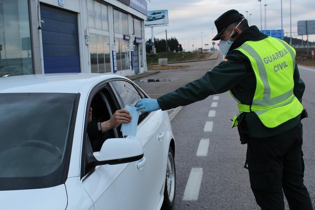La DGT aclara el uso de la mascarilla en el coche: cuándo supone una infracción, quién multa y cuál es la sanción