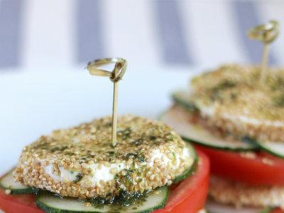 Milhojas caprese con mozzarella al sésamo. Receta fresca para el verano