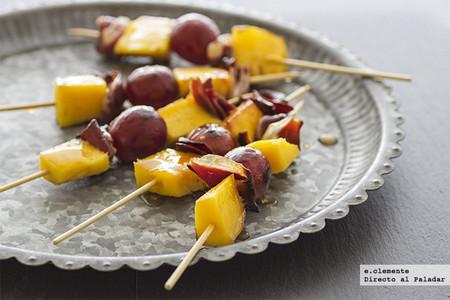 Brochetas de jamón de pato, mango y uvas. Receta