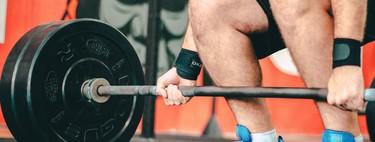 Cinco variantes del peso muerto que puedes hacer en el gimnasio para trabajar glúteos y piernas