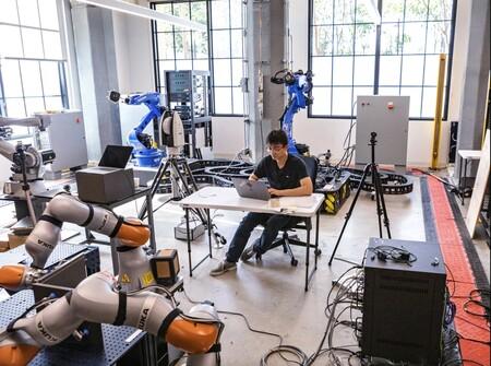 """Alphabet se vuelve a meter en el negocio de los robots industriales: quiere """"democratizar"""" su uso con Intrinsic"""