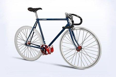 Levis viste a una bicicleta