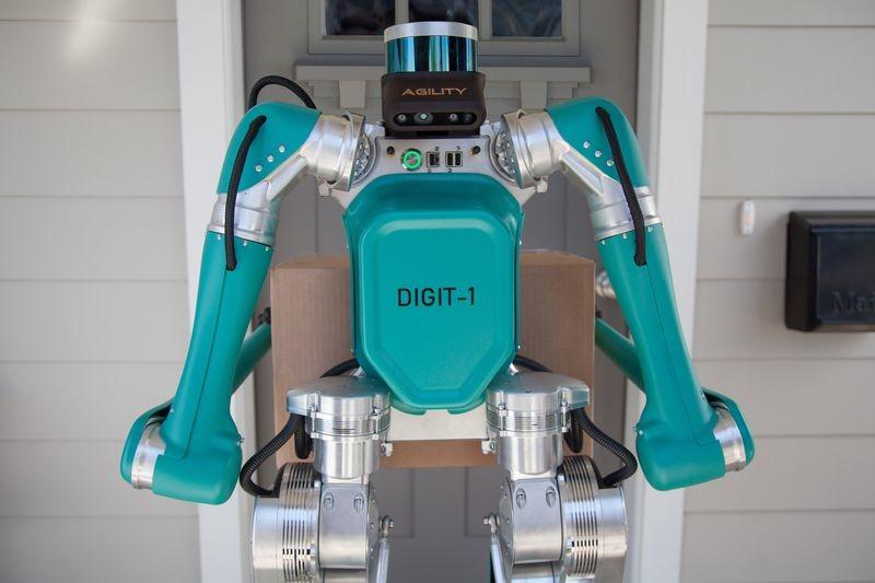 Robots bípedos formando equipo con coches autónomos para repartir paquetes: esta es la propuesta de futuro de Ford
