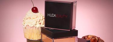 Huda Beauty crea una línea de polvos sueltos para que te animes con el baking