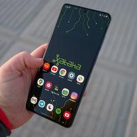 Evita los problemas de las pantallas grandes con esta práctica aplicación para usar el móvil con una mano