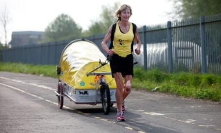 La alucinante historia de la abuela que se convirtió en la primera persona en dar la vuelta al mundo corriendo