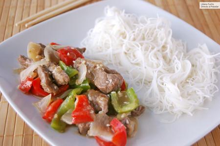 Wok de ternera y pimientos con fideos de arroz: receta completa con sabores de Asia