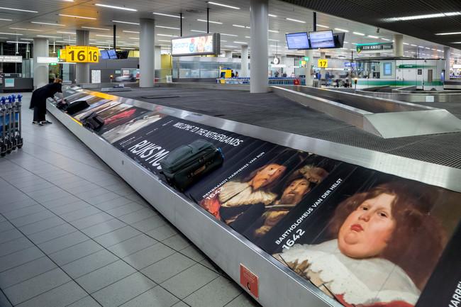 Una cinta de equipaje se convierte en una exposición de arte