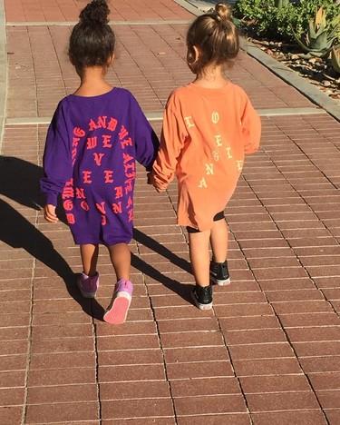 ¿Ves a estas niñas? Están jugando con los zapatos de sus madres (las Kardashian) que valen 3 sueldos tuyos