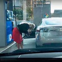 No, intentar echarle gasolina a un coche eléctrico no es buena idea (y este vídeo es la prueba)