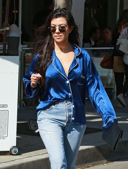 Kourtney Kardashian se marca una pijamada muy glamourosa por las calles de Los Ángeles