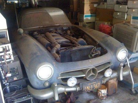 Encuentran un Mercedes 300 SL entre una montaña de viejos ordenadores