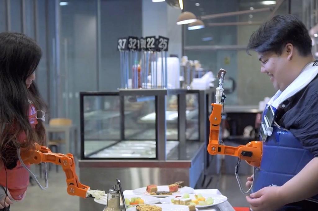 Este brazo robótico nos da de comer de forma autónoma para que nosotros sólo nos preocupemos de socializar