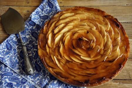 Receta de tarta de manzana con glaseado de guayaba, el postre de siempre con un punto exótico