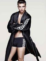 H&M y Versace con River Viiperi: ¿será esta colección crucero la primera medianamente aceptable?