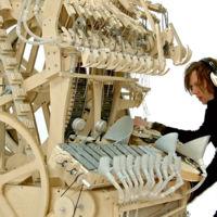 2000 canicas de acero para dar vida a este complejo y monstruoso instrumento musical
