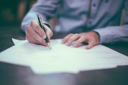 Hombre firmando documentos