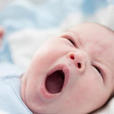 Por qué hay bebés amamantados con ampollas en los labios