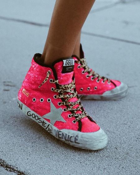 Tus pies necesitan un maratón: dales todo el protagonismo en tus salidas a la calle con unas zapatillas deportivas en color neón