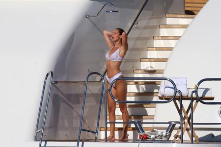 ¿Bikini o ropa interior? Bella Hadid juega al despiste a bordo de un yate