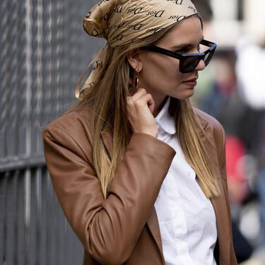 Si el street style lo tiene claro, nosotras también: este otoño sumamos un pañuelo a nuestro pelo